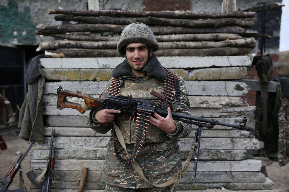 Ormiański żołnierz pozuje w strefie konfliktu wokół Górskiego Karabachu