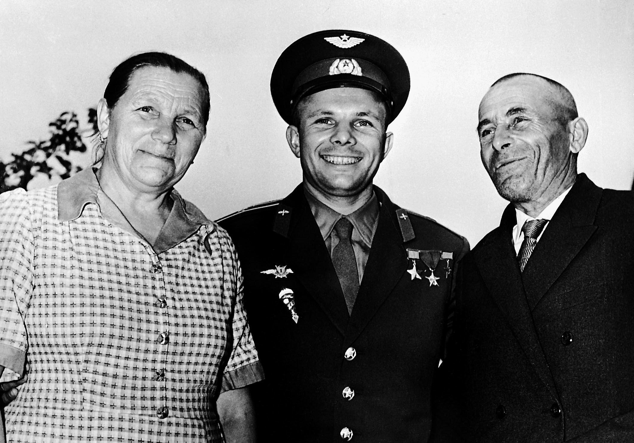 Lotnik Kosmonauta ZSRR, Bohater Związku Radzieckiego Jurij Gagarin z rodzicami - Anną Gagariną i Aleksiejem Gagarinem