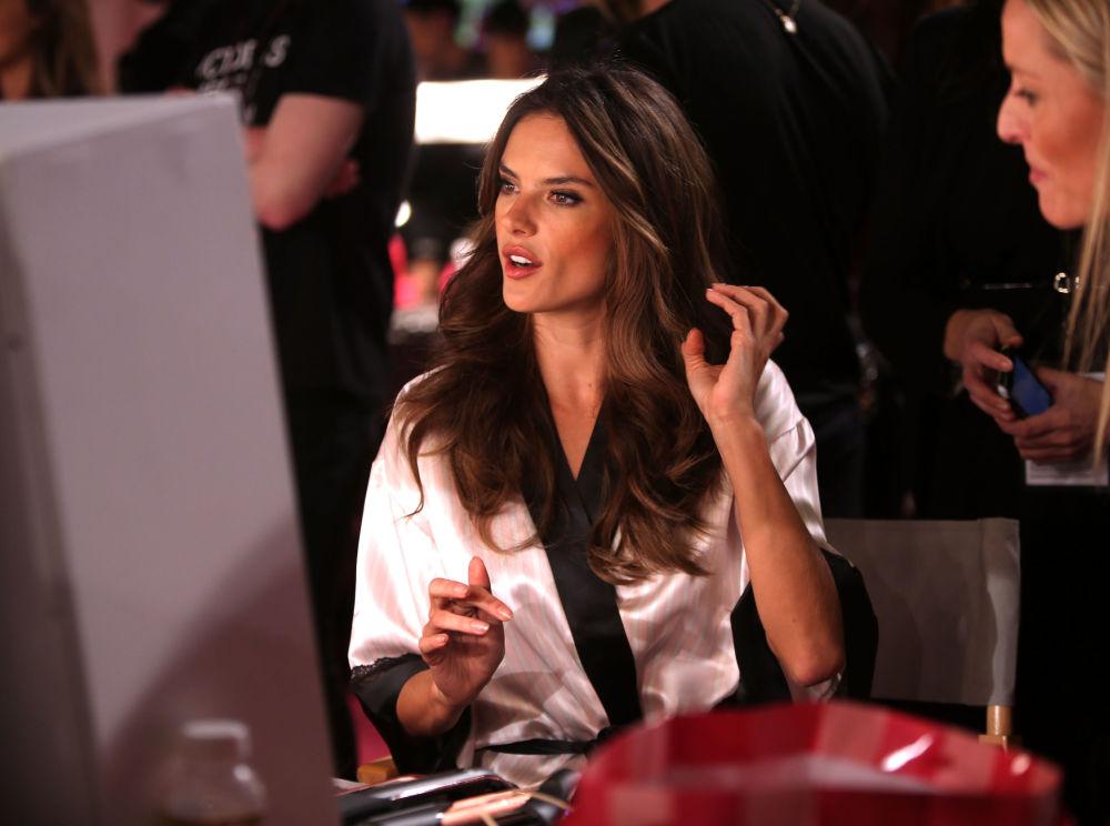 Modelka Alessandra Ambrosio za kulisami pokazu Victoria's Secret