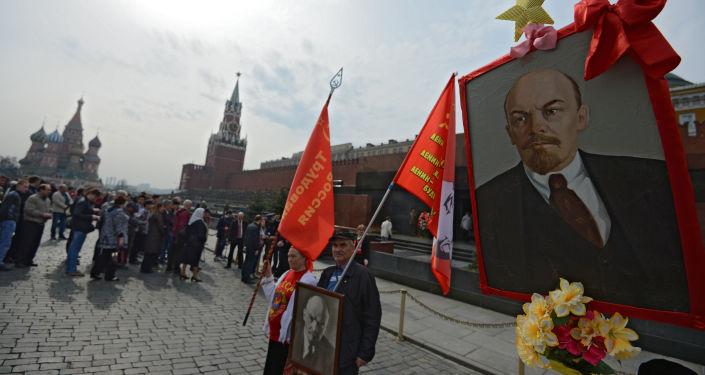 Składanie kwiatów pod Mauzoleum W. I. Lenina