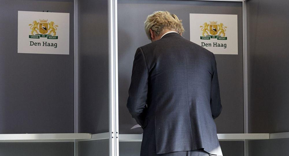 Holenderski polityk Geert Wilders podczas głosowania