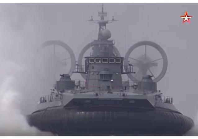 Ekskluzywne kadry - największy na świecie okręt na poduszce powietrznej prowadzi ogień