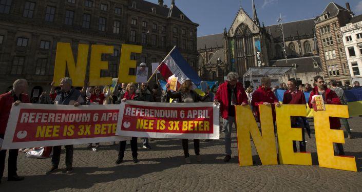 Demonstranci w Holandii wzywają do głosowania przeciwko umowie stowarzyszeniowej Ukrainy i UE