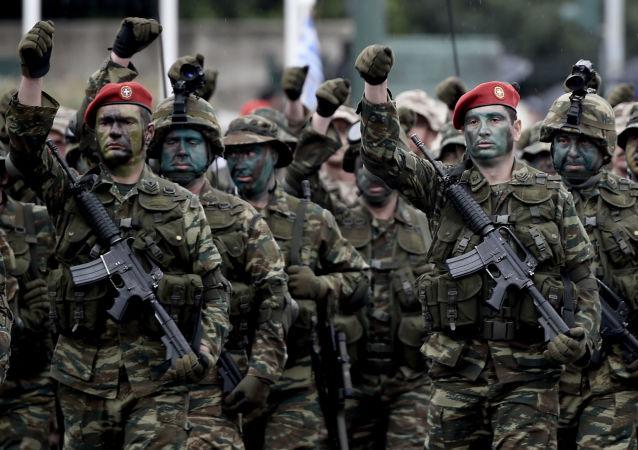 Żołnierze greckiej armii podczas parady wojskowej w Atenach