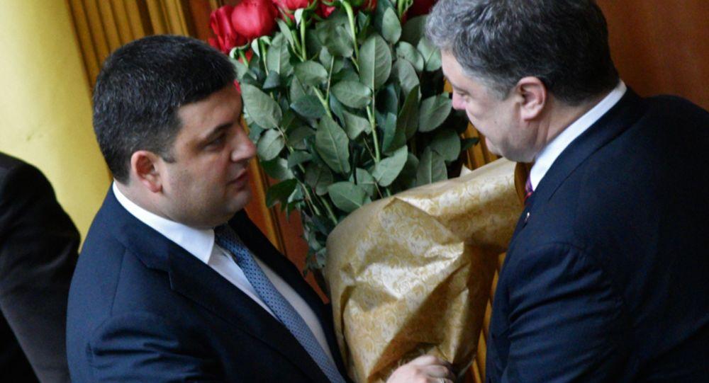 Premier Ukrainy Wołodymyr Hrojsman odbiera gratulacje od prezydenta Ukrainy Petra Poroszenki