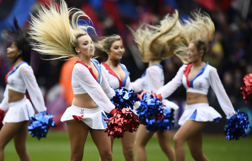 Cheerleaderki podczas meczu piłkarskiego