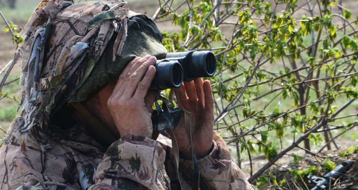 Wojskowy na stanowisku obserwacyjnym w ŁRL