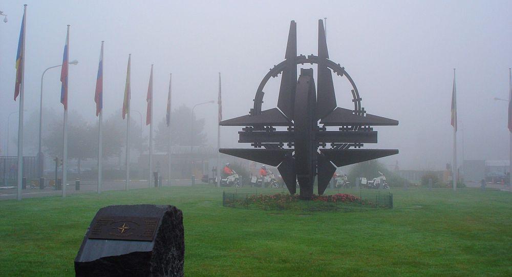 Rzeźba przy siedzibie NATO w Brukseli