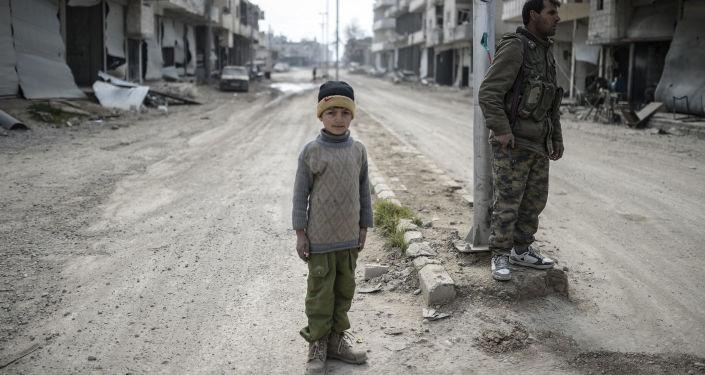 Mieszkańcy na ulicach miasta Ajn al-Arab w Syrii