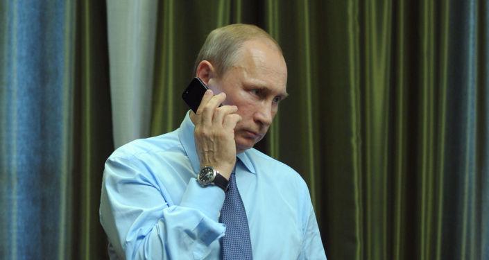 Prezydent Rosji Władimir Putin podczas rozmowy telefonicznej