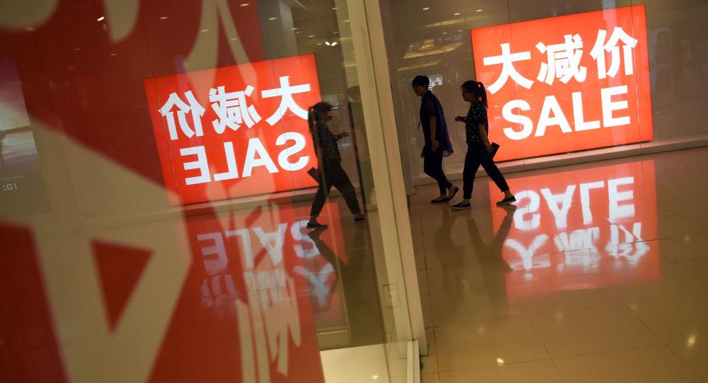 Plakat z napisem wyprzedaż w chińskim centrum handlowym