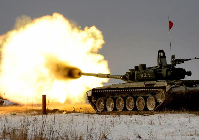 Czołg T-72 podczas zawodów z biathlonu czołgowego