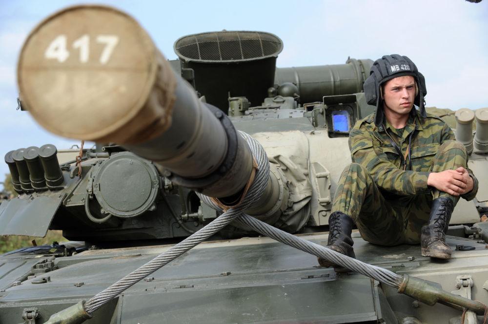 Czołgista na czołgu T-80
