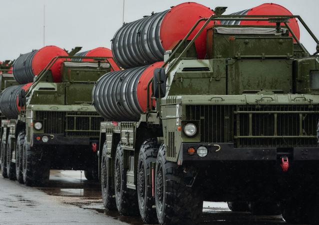 Zestawy przeciwlotnicze Triumf S-400 na lotnisku w mieście Puszkino
