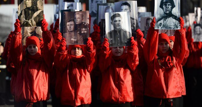 Nieśmiertelny Pułk podczas uroczystej defilady na Placu Czerwonym 7 listopada 2015 roku