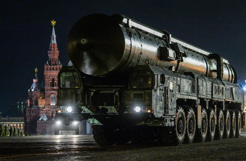 Mobilna wyrzutnia rakietowa RS-24 Jars podczas próby parady wojskowej z okazji 71. rocznicy Dnia Zwycięstwa w Wielkiej Wojnie Ojczyźnianej na Placu Czerwonym w Moskwie.