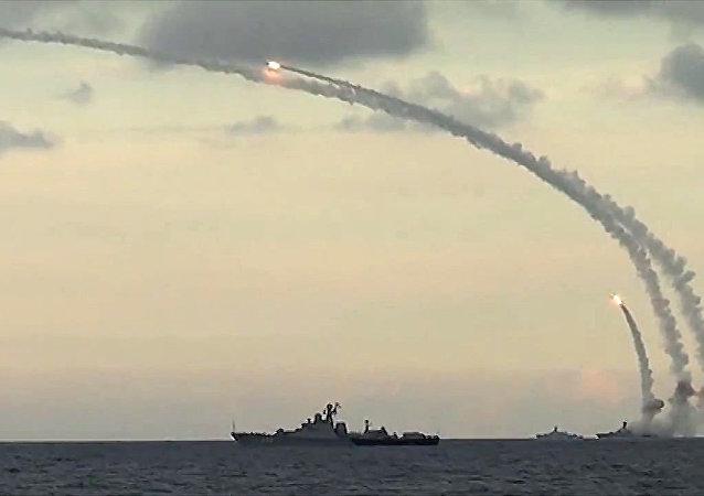 """Jak pocisk Kalibr, wystrzelony z okrętu podwodnego """"Siewierodwińsk"""", niszczy cel. WIDEO"""