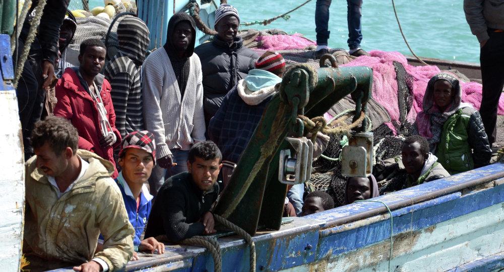Imigranci przybywają do portu Zarzis w Tunezji około 50 kilometrów na zachód od granicy z Libią po akcji ratowniczej przeprowadzonej przez Tunezyjskich żołnierzy