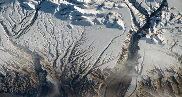 Rzeki i śnieg w Himalajach na granicy Indii i Chin