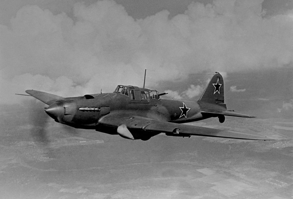 """Podstawową maszyną radzieckiego lotnictwa uderzeniowego podczas Wielkiej Wojny Ojczyźnianej był słynny samolot Ił-2. Konstruktorzy nazwali go """"latającym czołgiem""""."""