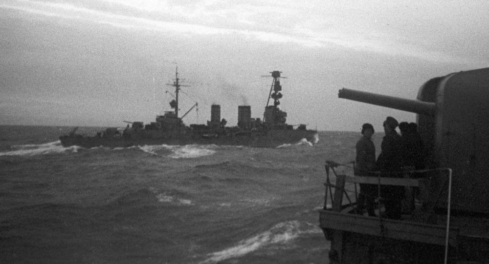 """Gwardyjskie krążowniki """"Krasnyj Krym"""" i """"Krasnyj Kaukaz"""" podczas wypełniania zadania bojowego."""