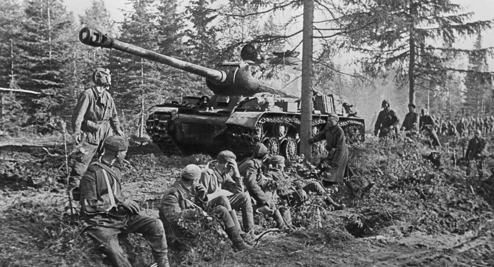 Czołg IS-2. Iosif Stalin to oficjalna nazwa czołgu ciężkiego konstrukcji radzieckiej, produkowanego seryjnie w latach 1943-1953. IS-2 był najpotężniejszą i najlepiej opancerzoną maszyną wśród radzieckich czołgów z czasów II wojny światowej i jednym z najpotężniejszych czołgów na świecie.