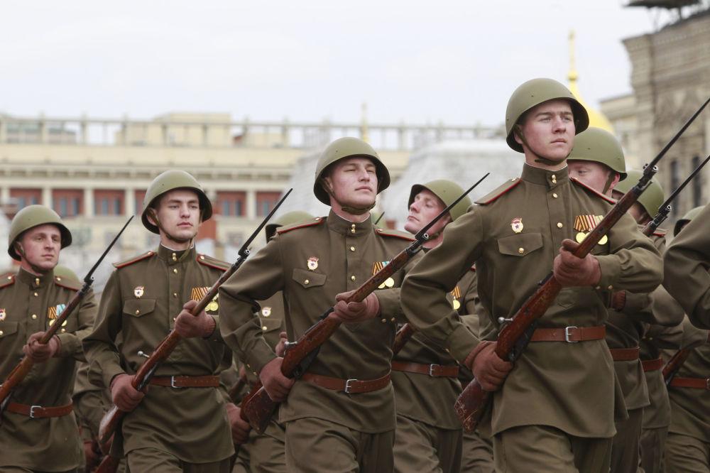 Podstawową bronią strzelecką Armii Czerwonej podczas Wielkiej Wojny Ojczyźnianej był karabin Mosin.