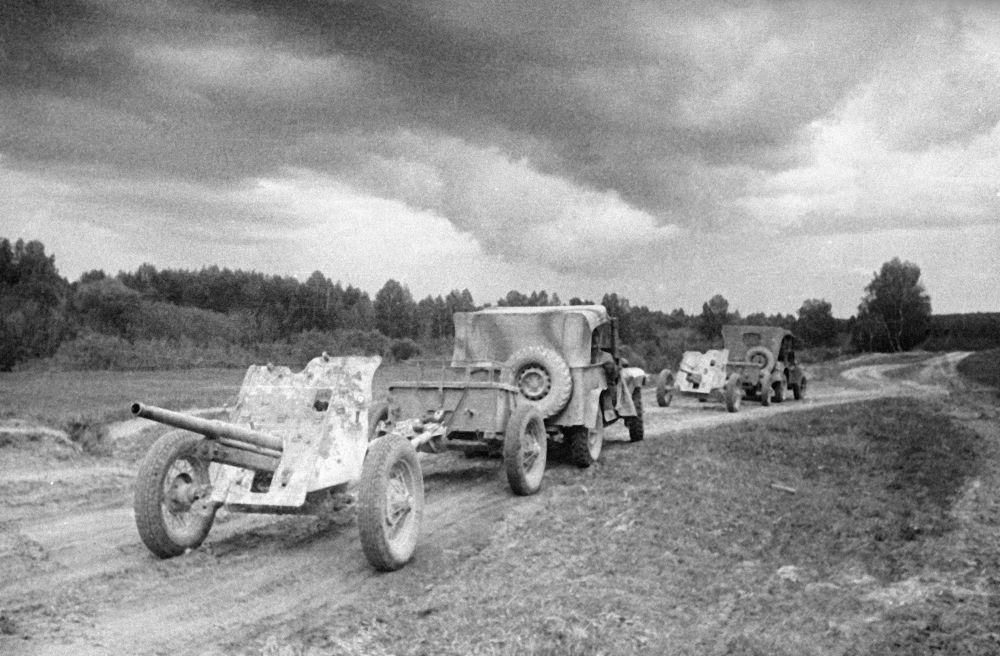 Samochody terenowe GAZ-67 ciągną armaty przeciwpancerne. 45 mm armata przeciwpancerna z 1937 roku. Wyróżniała ją wysoka mobilność i łatwość maskowania.