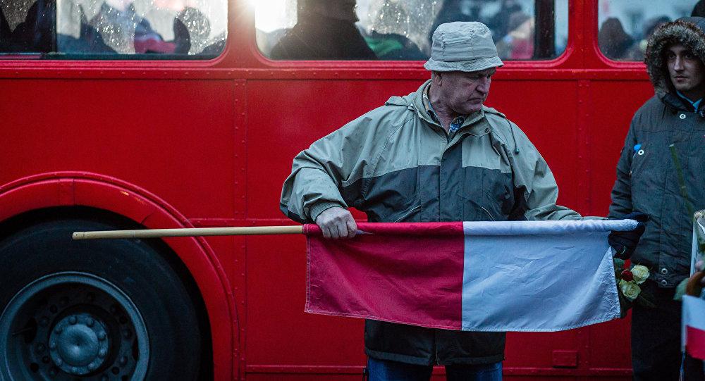 Mężczyzna z polską flagą
