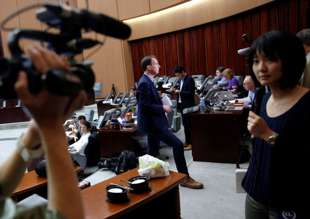 Zagraniczny reporter prowadzący reportaż w czasie zjazdu partii rządzącej w Pjongjangu