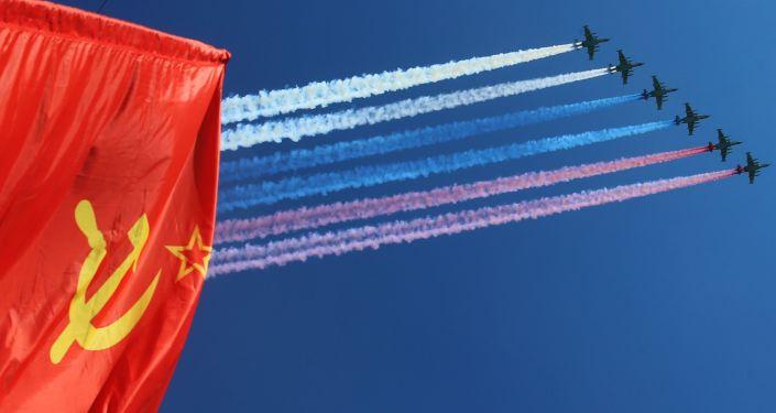 Szturmowce Su-25 w czasie lotniczej części parady wojskowej w Moskwie