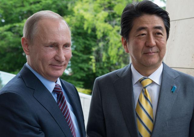 Prezydent Rosji Władimir Putin i premier Japonii Shinzo Abe w rezydencji Boczarow ruczej