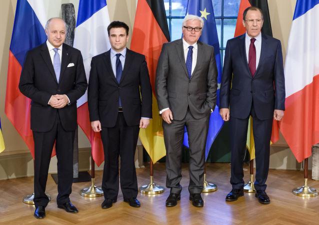 Minister spraw zagranicznych Francji Laurent Fabius, minister spraw zagranicznych Ukrainy Pawło Klimkin, minister spraw zagranicznych Niemiec Frank-Walter Steinmeier i Frank-Walter Steinmeier minister spraw zagranicznych Rosji Siergiej Ławrow na spotkaniu w Berlinie