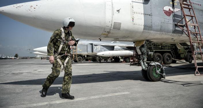 Pilot rosyjskiego frontowego samolotu bombowego Su-24 przygotowuje się do startu z bazy lotniczej Hmeimim w syryjskiej prowincji Latakia