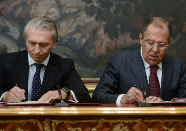 Przewodniczący zarządu spółki Gazprom Nieft Aleksander Diukow i minister spraw zagranicznych Rosji Siergiej Ławrow podpisują porozumienie między MSZ Rosji i spółką