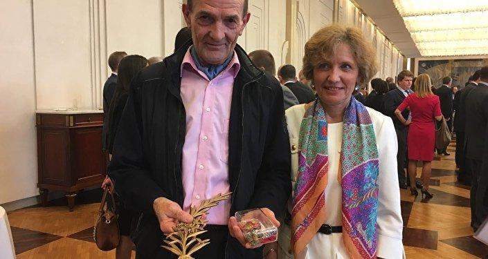Francuskie małżeństwo Floch z nagrodami dla rodziny zabitego w Palmirze rosyjskiego oficera Aleksandra Prochorenko