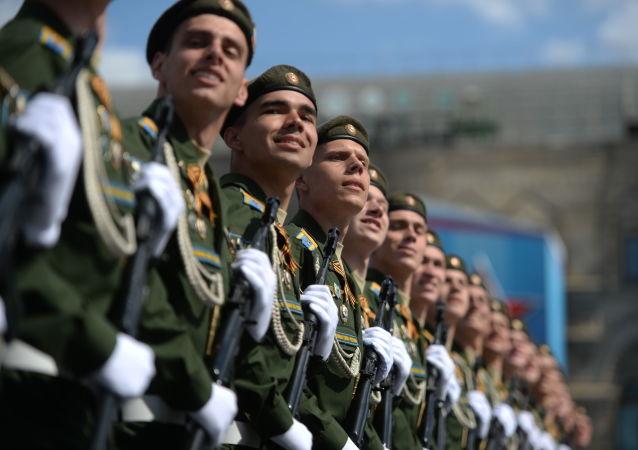 Zołnierze na próbie generalnej defilady wojskowej upamiętniającej 71 rocznicę Zwycięstwa w Wielkiej Wojnie Ojczyźnianej