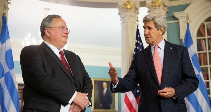 Sekretarz stanu USA John Kerry z greckim ministrem spraw zagranicznych Nikosem Kotsiasem