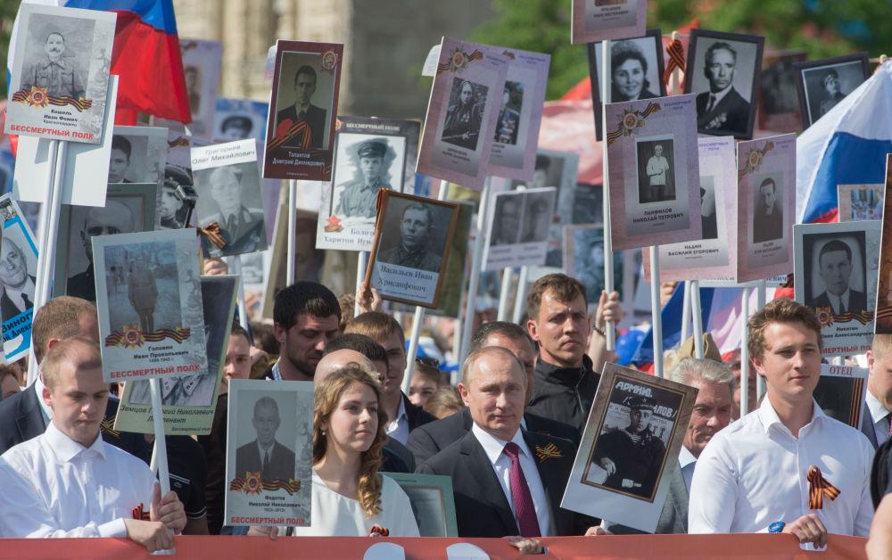 Prezydent Rosji Władimir Putin podczas akcji Nieśmiertelny pułk na placu Czerwonym