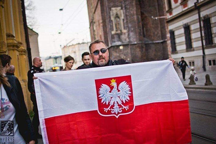 We Wrocławiu Nocne Wilki otrzymały w przezencie polską flagę z godłem narodowym