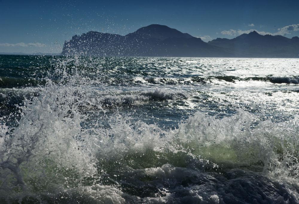 Fale rozbijające się o brzeg w miejscowości Ordżonikidze (Krym).