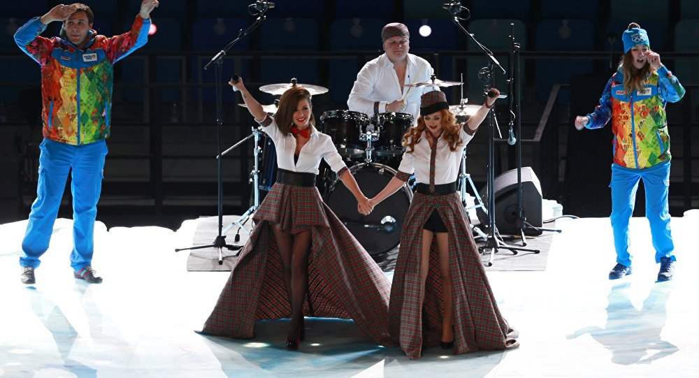 Rosyjski zespół t.A.T.u. podczas ceremonii otwarcia Zimowych Igrzysk Olimpijskich w Soczi