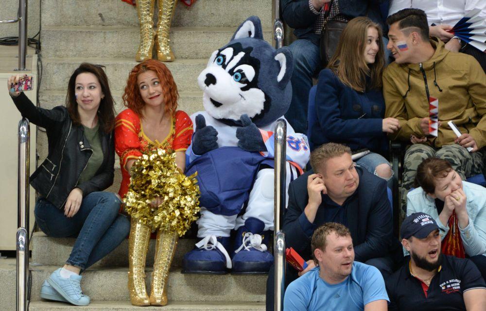 Rosyjscy kibice z łąjką - symbolem MŚ w hokeju