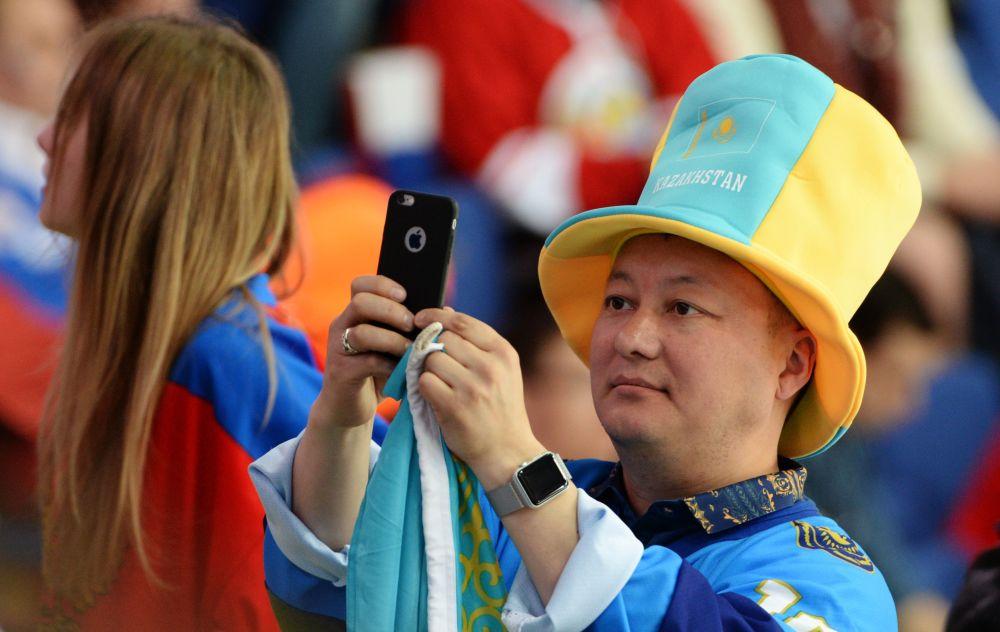 Kazachski kibic podczas meczu MŚ-2016 w hokeju Kazachstan-Rosja