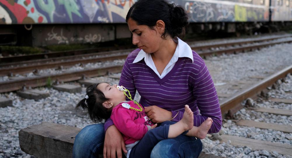 Kobieta z dzieckiem na granicy grecko-macedońskiej