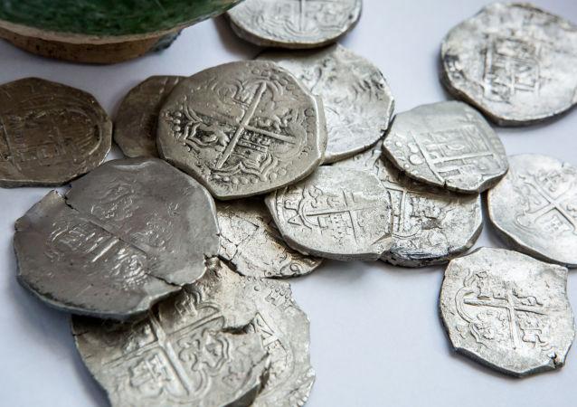 Na obrzeżach osady znaleziono skarbnicę z 15 srebrnymi monetami o łącznej wadze ponad 300 gramów.