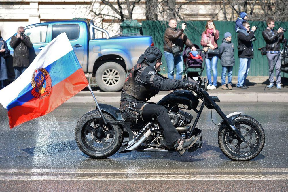"""Lider klubu motocyklowego """"Nocne Wilki"""" Aleksander """"Chirurg"""" Załdostanow."""