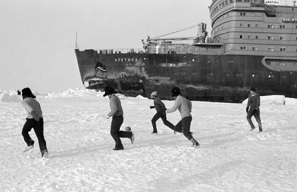 """Mecz między załogami statków """"Pionier Jakucji"""" a """"Arktyką""""."""