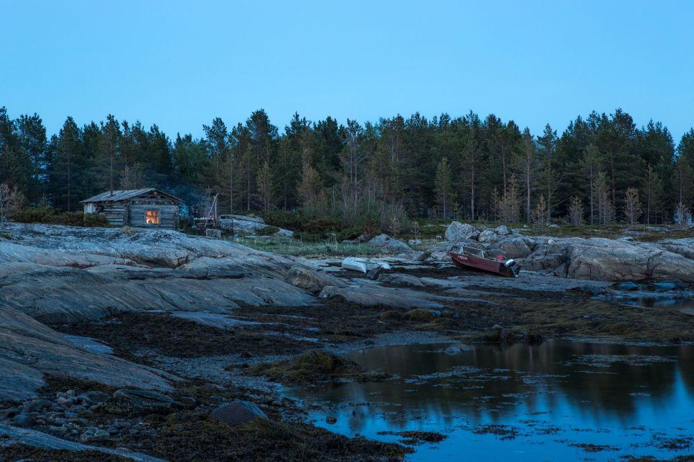 Białe noce nad wyspami Morza Białego w białomorskim rejonie Republiki Karelii.