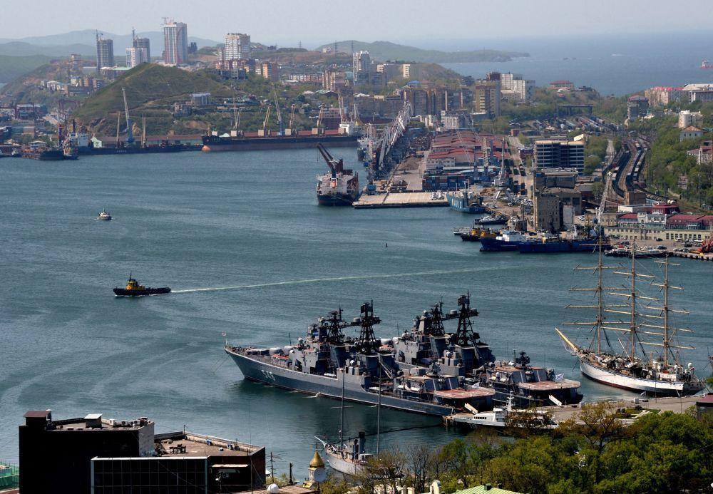 """Niszczyciel rakietowy """"Admirał Pantielejew"""" (na pierwszym planie) i żaglowiec """"Nadzieja"""" (z prawej) oraz okręty Floty Oceanu Cichego w zatoce Złoty Róg (widok ze wzgórza Orle Gniazdo)."""